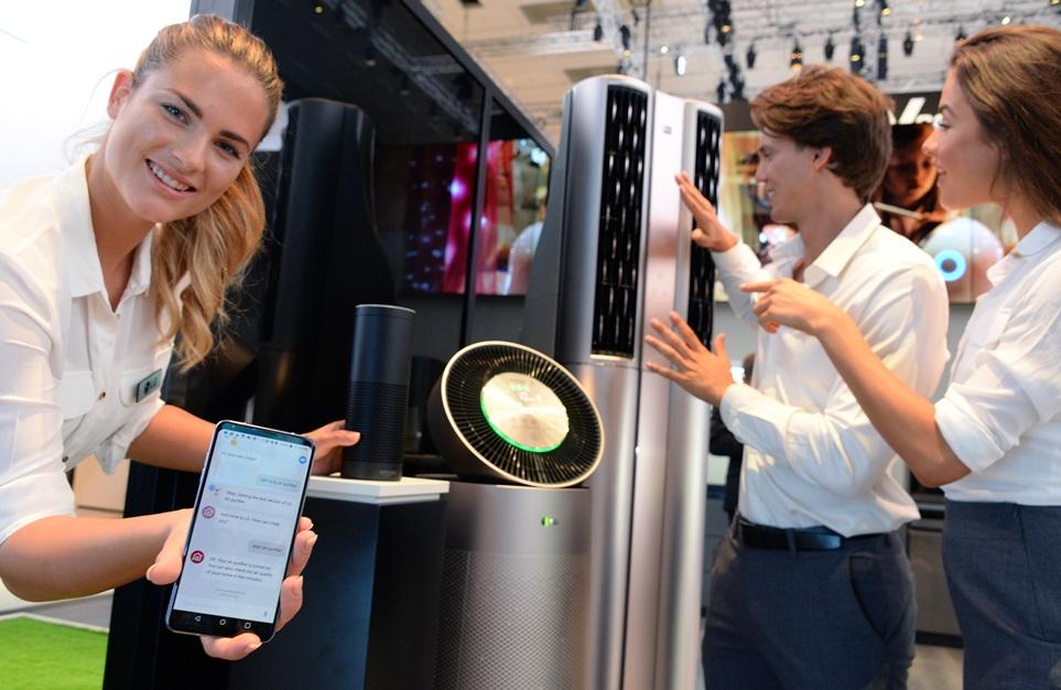 LG전자는 전시부스 내에 200㎡ 크기의 '홈 IoT 존'을 별도로 꾸몄다. 마치 집안을 그대로 옮겨 놓은 듯한 '홈 IoT 존'은 생활가전부터 TV, 스마트폰에 이르기까지 실생활에서 주로 사용하는 제품들을 한자리에 모았다. 음성인식, 딥러닝 등 각종 인공지능 기술이 다양한 제품군에서 구현되는 모습을 한눈에 볼 수 있다. LG전자 모델들이 스마트폰, 에어컨 공기청정기 등 인공지능 기술이 적용된 제품을 소개하고 있다.