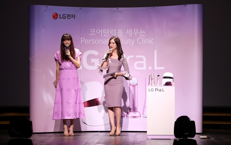 LG 프라엘 론칭행사에 참여한 배우 이나영과 공서영 아나운서