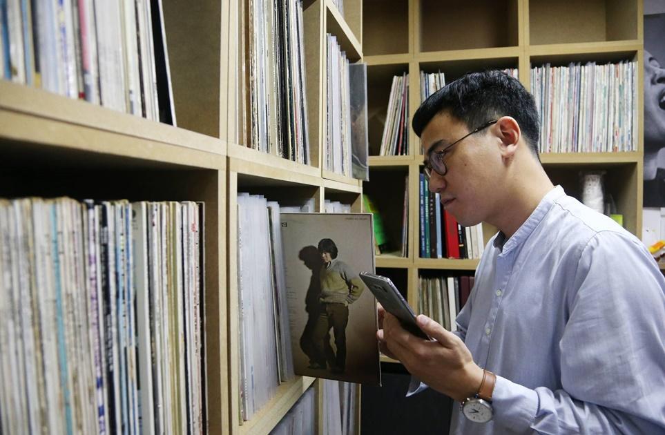 LP를 보고 있는 배순탁 음악 작가
