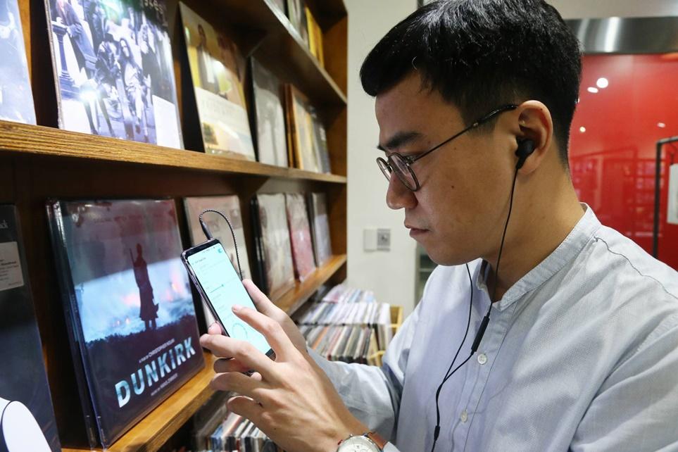 하이파이 DAC을 탑재한 스마트폰과 고급 헤드폰을 사용하는 배순탁 음악 작가