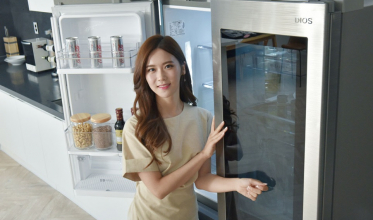 LG전자가 2일 870리터 용량의 LG 디오스 노크온 매직스페이스 냉장고 신제품을 선보였다. 이 제품은 LG전자가 기존 LG 시그니처 냉장고에 탑재했던 노크온 매직스페이스 기술을 디오스 냉장고에 처음으로 적용한 모델이다. LG전자 모델이 LG 디오스 노크온 매직스페이스 냉장고 신제품을 소개하고 있다.