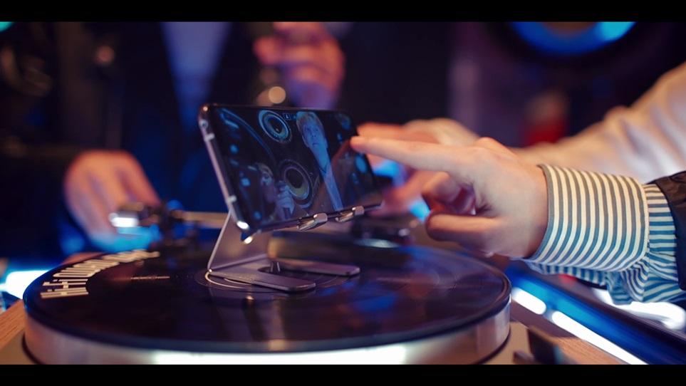 아이돌 그룹 블락비가 LG V30를 턴테이블에 올려놓고 뮤직비디오를 촬영하고 있다. 회전하는 효과를 줄수 있어 역동적인 영상 촬영이 가능하다.