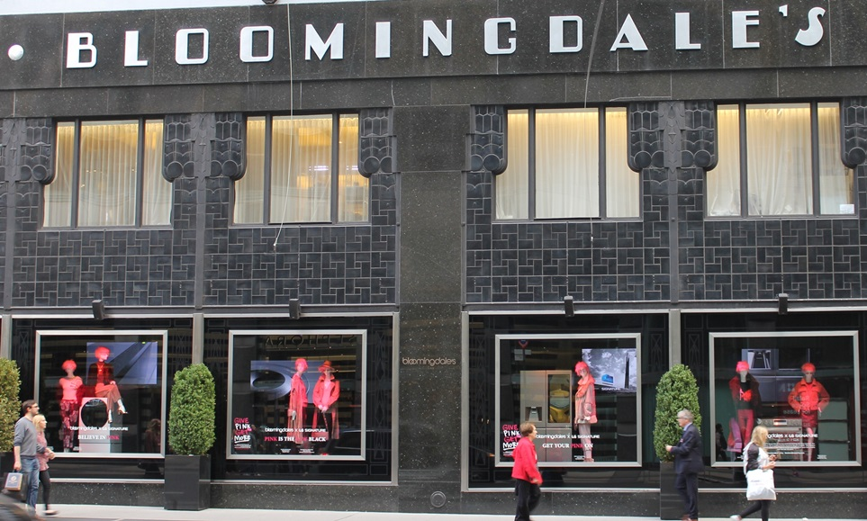 LG전자가 10월 한 달 동안 뉴욕 맨하탄에 있는 '블루밍데일스(Bloomingdale's)' 백화점의 1층 메인 쇼윈도에 超프리미엄 'LG 시그니처' 주요 제품을 전시한다. 유방암 인식의 달을 맞아 유방암 예방을 위한 핑크 리본 캠페인에 동참하는 의미를 담아 'LG 시그니처'와 핑크색 의상, 핑크색 소품을 함께 연출해 고객들의 눈길을 사로잡았다.