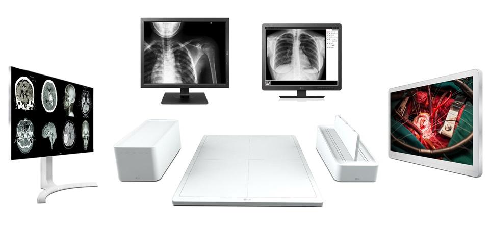 LG전자가 13일(현지시간)부터 독일 뒤셀도르프에서 열리는 국제의료기기 전시회 'MEDICA 2017'에 참가했다. LG전자는 이번 전시에서 진단용 모니터를 처음으로 공개해, 기존 임상용 모니터, 디지털 엑스레이 검출기, 수술용 모니터에 이어 의료영 영상기기 풀 라인업을 갖추게 됐다. 상단 좌측부터 시계방향으로 진단용 모니터 신제품, 임상용 모니터 신제품, 수술용 모니터, 디지털엑스레이검출기, 임상용 모니터