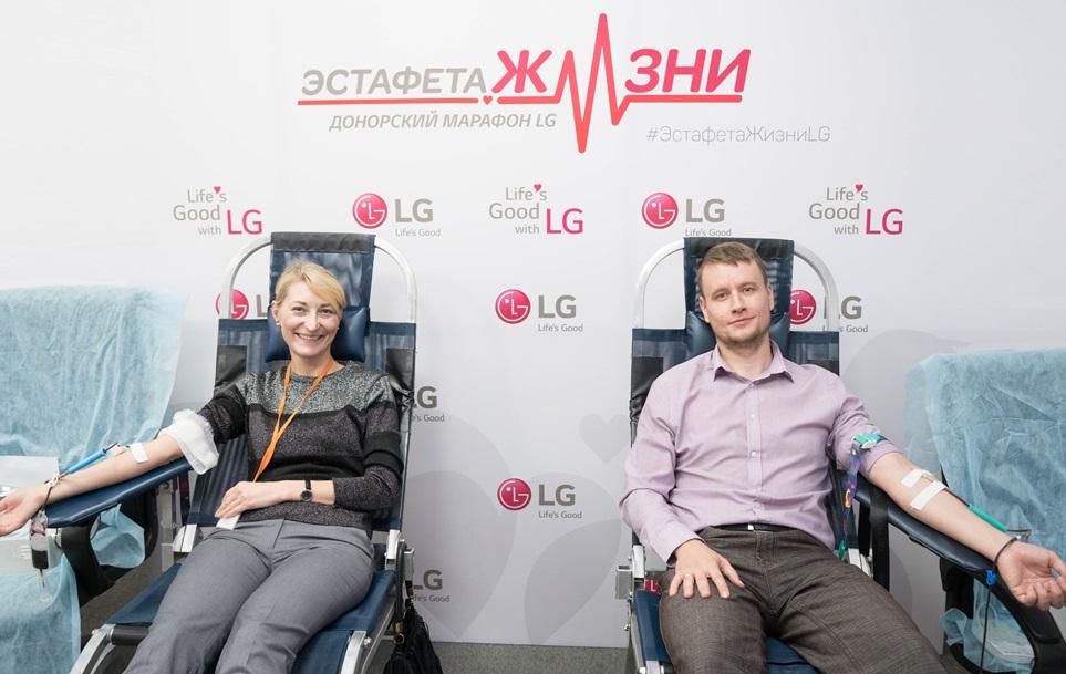 LG전자가 11월 한 달간 국내사업장과 해외 법인에서 헌혈캠페인을 진행하며 기업의 사회적 책임을 적극 실천한다. LG전자 카자흐스탄 법인 소속 직원들이 헌혈을 하며 환하게 웃고 있다.