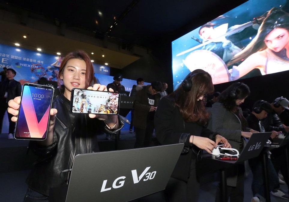 LG전자는 16일부터 나흘간 부산 벡스코에서 열리는 '지스타 2017' 최대 규모 참가사인 넥슨 부스 내에 LG V30 200대를 설치한 대형 체험존을 마련했다. 넥슨은 매년 지스타에서 최고의 게이밍 스마트폰을 선정해 새로운 모바일 게임을 공개하고 있다. 올해는 LG V30를 통해 28일 출시되는 신작 '오버히트'를 미리 체험해 볼 수 있다. 현장을 찾은 모바일 게이머들이 LG V30로 게임을 즐기고 있다.