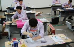 지난 17일 경기도 평택 소재 LG전자 러닝센터에서 열린 '2017 서비스 기술올림픽'에 참가한 LG전자 서비스 엔지니어들이 수리 실력을 겨루고 있다.