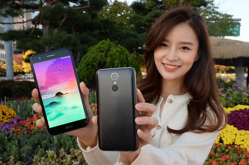 LG전자가 7일 세련된 디자인에 전면 광각 카메라를 장착한 실속형 스마트폰 LG X401을 출시한다. SK텔레콤과 LG유플러스를 통해 출시하는 이 제품은 전면에 500만 화소의 120도 광각 카메라를 탑재한 것이 특징이다.