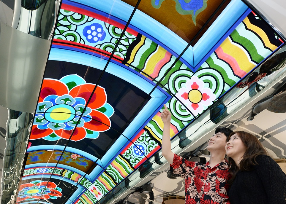 LG전자가 28일 서울 용산에 위치한 서울드래곤시티 호텔 31층 '스카이킹덤' 천정에 물결 형태 올레드 사이니지를 설치했다. 길이 27m, 폭 3.4m로 웅장한 화면을 구현했다. LG전자 모델들이 '스카이킹덤'에 설치된 올레드 사이니지를 살펴보고 있다. '스카이킹덤'은 서울드래곤시티 건물 2개 동 최상층부 사이를 다리처럼 연결하는 공간으로 수영장, 루프탑 바, 다이닝 라운지 등을 갖춘 공간이다.