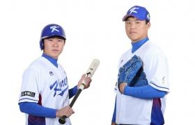 '아시아 프로야구 챔피언십 2017'에 출전하는 대한민국 국가대표팀 안익훈 선수(왼쪽)와 김대현 선수(오른쪽)가 'LG 올레드 TV'가 새겨진 유니폼을 입고 포즈를 취하고 있다.