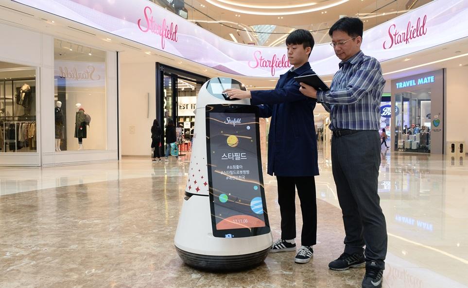 LG전자가 '신세계 프라퍼티'와 협력해 이번 주부터 경기도 하남시에 위치한 대형 쇼핑몰 스타필드 하남에서 안내로봇 2대의 현장 테스트를 시작했다. LG전자 연구원들이 안내로봇 현장 테스트를 진행하고 있다.