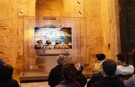 터키 이스탄불에 위치한 세계적 유적지 '아야소피아(Ayasofya)' 박물관을 찾은 방문객들이 'LG SIGNATURE(시그니처) 올레드 TV W'(77형)으로 아야소피아 박물관의 역사를 감상하고 있다.