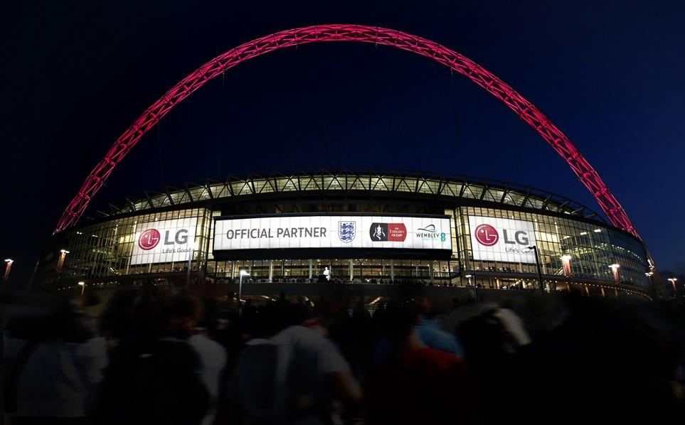 잉글랜드 축구협회 등의 공식 파트너가 된 LG전자 광고가 영국 런던의 '웸블리 스타디움' 에 게재된 모습