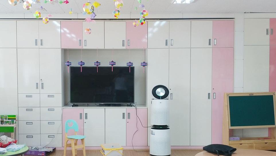 LG전자가 이달부터 광주광역시에 위치한 어린이집, 유치원, 초등학교 등 총 8개 학교 63개 교실에 퓨리케어 360° 공기청정기를 공급한다. 퓨리케어 360° 공기청정기는 클린부스터와 360도 전 방향에서 깨끗한 공기를 내보내는 디자인으로 넓은 실내의 공기도 빠르고 효과적으로 깨끗하게 만들어준다.