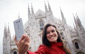 LG전자가 전략 프리미엄 스마트폰 LG V30를 유럽 시장에 본격 출시하며 글로벌 시장 공략을 강화한다. LG 전자는 이달 1일부터 이태리에서 팀(TIM), 보다폰(Vodafone) 등 대형 이동통신사를 통해 LG V30를 출시하며 유럽 시장에 첫 발을 디뎠다. 이어 연내 독일, 스페인, 폴란드 등 유럽 주요 국가에도 출시한다. 피렌체 산타 마리아 델 피오레 대성당 앞에서 모델이 포즈를 취하고 있다.