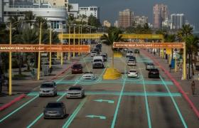 LG전자와 히어社가 공동 개발하는 '차세대 커넥티드카 솔루션'은 실제 자율주행차가 도로 위를 안전하게 달리기 위해 반드시 필요한 차량 주변의 정보를 센티미터(cm) 단위까지 실시간으로 제공하게 된다. 주행 중인 자율주행차는 주변 차량의 위치•속도 등 주행정보, 도로의 차선, 정지선, 최전구간(푸른색 표시)과 도로와 인도의 경계(붉은 색 표시), 신호등, 표지판, 중앙 분리대(노란색 표시)까지 와 같은 수많은 정보를 정확하게 감지할 수 있다. 신호등(주황색 표시)의 경우, 정확한 위치 뿐만 아니라 빨간불•파란불의 신호현황까지 실시간으로 알 수 있어 자율주행차가 직진과 회전, 정지 등을 결정할 수 있는 정보를 제공한다.