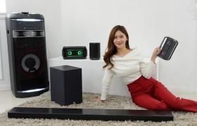 LG전자가 CES 2018에서 사운드바, 포터블 스피커, AI 스피커 등 2018년형 오디오 제품군을 공개한다. 신제품 주요 모델에는 영국 하이엔드 오디오 브랜드인 메리디안과 공동개발한 고음질 음향기술을 적용했다. LG전자 모델이 제품을 오디오 제품군을 소개하고 있다.