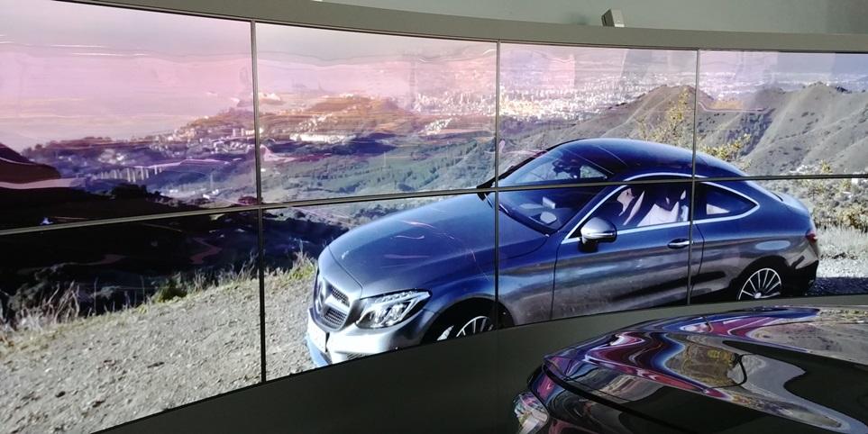 LG전자는 메르세데스-벤츠 전주 전시장에 곡면 비디오월을 설치했다. 이 제품은 설치현장에 맞춰 구부릴 수 있는 올레드 플렉서블 사이니지(모델명: 55EF5C) 8장이 사용됐다.