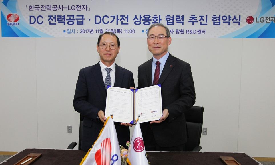 LG전자와 한국전력공사가 30일 경상남도 창원시 LG전자 창원R&D센터에서 한국전력공사 김시호 부사장(왼쪽), LG전자 H&A사업본부장 송대현 사장(오른쪽)이 참석한 가운데 'DC전력 공급 및 DC가전 상용화 협력'을 위한 업무 협약을 체결했다.