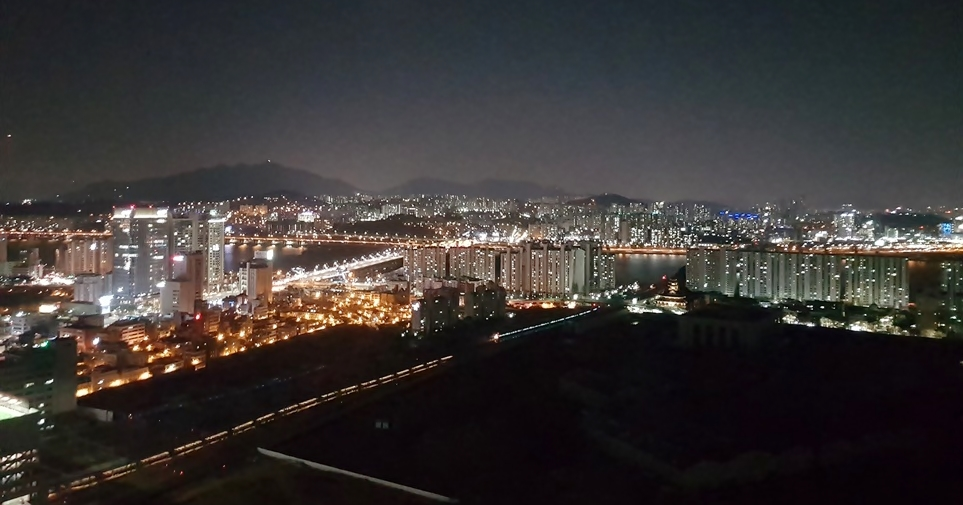 서울 드래곤시티의 하늘 수놓은 '올레드 사이니지'