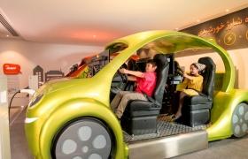 LG전자가 현지시간 4일 이란 테헤란에 'LG 어린이과학관'을 개관했다.사진은 어린이들이 모니터와 자동차 핸들이 설치된모형 전기자동차에 탑승해 레이싱 게임을 즐기는 모습