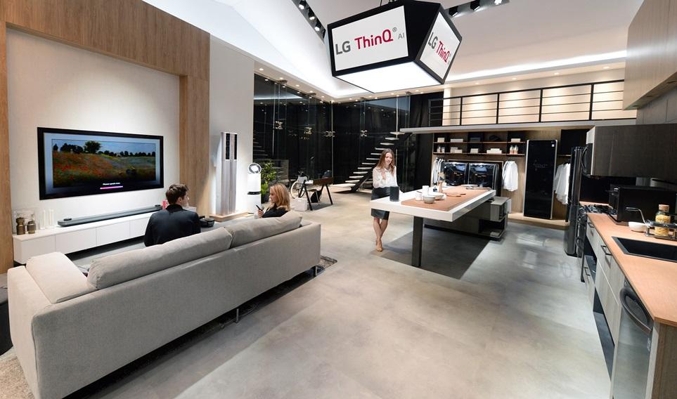 LG전자가 현지시간 9일부터 12일까지 미국 라스베이거스에서 열리는 'CES 2018'에서 LG전자의 인공지능 제품•서비스를 아우르는 글로벌 인공지능 브랜드 'LG 씽큐(ThinQ)'의 전시부스 'LG ThinQ 존'을 구성하고 인공지능 선도기업 이미지를 부각한다. LG전자는 LG 씽큐 존에서 관람객들이 LG 인공지능 제품들을 직접 체험할 수 있도록 했다.사진은 LG전자 모델들이 LG 씽큐 존에서 인공지능 가전들을 소개하고 있다.