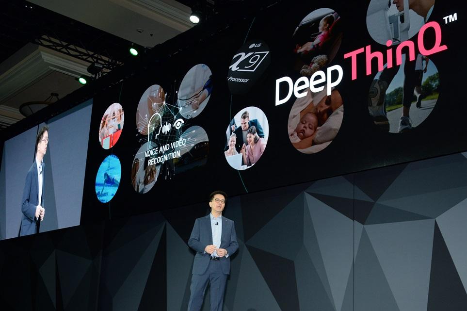 LG전자가 8일(현지시간) 미국 라스베이거스 만달레이 베이(Mandalay Bay) 호텔에서 개최한 글로벌 프레스 콘퍼런스에서 스콧 허프만(Scott Huffman) '구글 어시스턴트(Google Assistant)' 개발 총책임자가 인공지능 분야에서 LG전자와 구글이 협력하는 사례들에 대해 소개하고 있다.