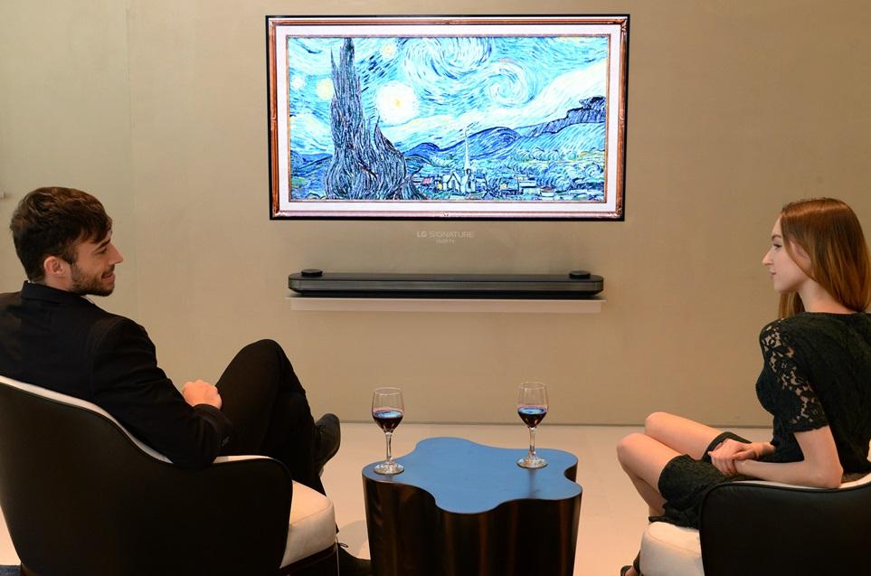 LG전자가 18일 문을 여는 인천공항 제2여객터미널 곳곳에 LG 올레드 TV 69대를 설치해 전 세계 여행객들에게 뛰어난 화질을 알린다. 특히 대한항공 라운지에는 LG 시그니처 올레드 TV W를 비롯한 올레드 TV 40대를 대거 설치했다. LG전자 모델들이 대항항공 퍼스트클래스 라운지 스위트에서 LG 시그니처 올레드 TV W를 감상하고 있다.