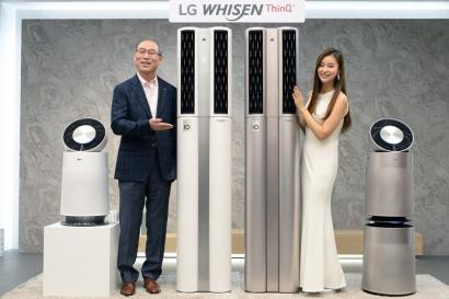LG전자가 18일 서울 여의도 LG트윈타워에서 '2018년형 휘센 에어컨' 신제품발표회를 열었다. LG전자 H&A사업본부장 송대현 사장이 모델과 함께 '휘센 씽큐 에어컨'을 소개하고 있다.