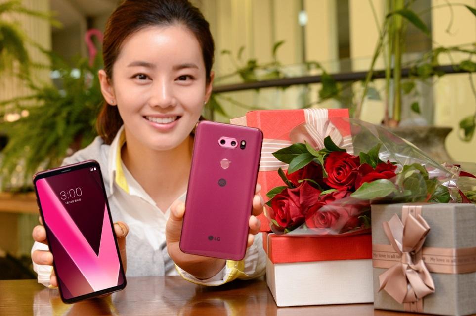 22일 모델이 서울 여의도에서 매혹적인 열정의 장밋빛 LG V30 라즈베리 로즈를 소개하고 있다. 보는 각도에 따라 기품있는 붉은 색부터 발랄한 핑크빛까지 다양하게 표현돼 나만의 개성을 강조할 수 있게 해준다. 6인치 대 스마트폰 중 가장 얇고 가벼운 디자인은 세련미를 더욱 돋보인다.