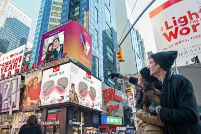 30일 LG V30의 '디스이즈리얼' 이벤트 참가자가 뉴욕 타임스스퀘어 전광판에서 소개되는 자신들의 사진을 보며 기뻐하고 있다. LG전자는 29일(한국 시각)부터 자신의 솔직한 모습을 가장 잘 표현한 영상이나 사진을 찍어 공유하는 '디스 이즈 리얼' 캠페인에 응모한 개성 넘치는 사진들을 골라 뉴욕 타임스스퀘어 전광판에서 상영하는 이벤트를 시작했다.