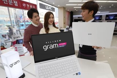 LG전자가 7일 2018년형 'LG 그램' 신제품을 국내에 출시하며 본격적인 마케팅을 시작한다. 'LG 그램' 구매 고객들에게 모델에 따라 인기게임, 사진 및 동영상 편집 프로그램, 오피스 사용권, USB-PD 충전기 등을 증정한다. 'LG 그램'은 저장장치를 추가로 장착할 수 있는 슬롯, 최대 31시간 사용 가능한 배터리, 강력한 내구성, 편의성 등을 갖췄다. LG전자 모델들이 가전 매장에서 'LG 그램'을 살펴보고 있다.