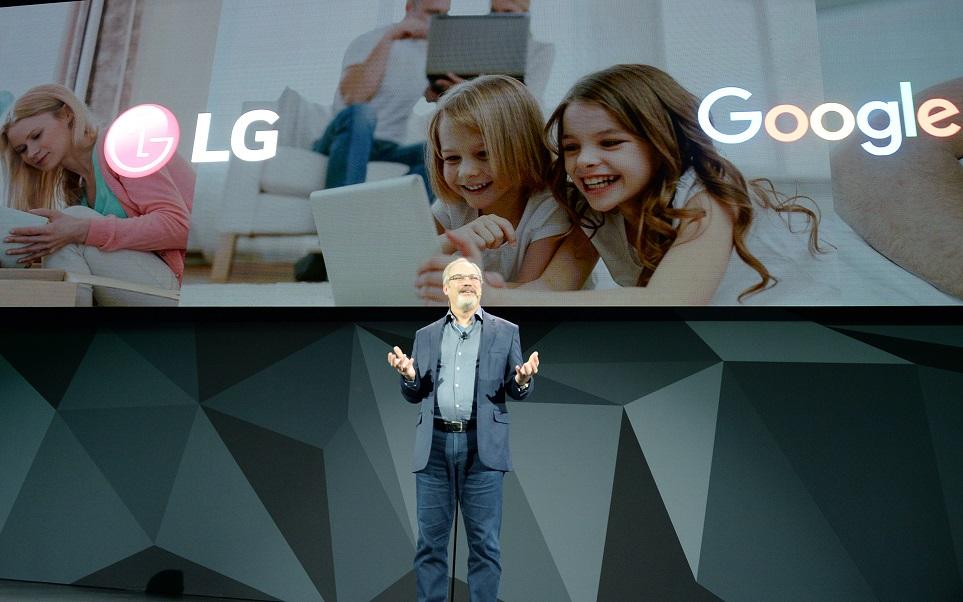 'CES 2018' LG 프레스 컨퍼런스에서 LG전자와 구글 협력 사례를 소개하고 있는 '구글어시스턴트' 개발 총책임자 '스콧 허프만(Scott Huffman)'