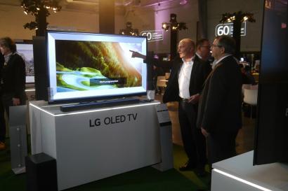 LG전자가 20일(현지시간) 독일 쾰른에서 지역 거래선과 미디어를 대상으로 'AI 올레드 TV' 등 2018년 신제품을 소개하는 'LG 로드쇼'를 개최했다. LG 로드쇼'는 쾰른을 시작으로 베를린, 뮌헨, 프랑크푸르트 등 주요 도시에서 순차적으로 진행된다. 현지 거래선 관계자들이 올레드 TV 등 신제품을 살펴보고 있다.