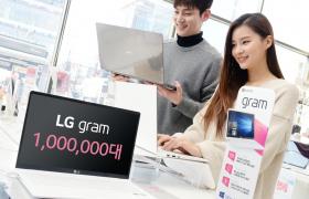 LG전자 노트북 'LG 그램'이 국내에서 누적 판매 100만대를 돌파했다. 첫 출시된 2014년 12만 5천대에서 2017년 35만대로 판매량이 빠르게 늘며 노트북 시장을 대표하는 브랜드로 자리잡았다. LG전자 모델들이 LG 베스트샵 매장에서 LG 그램을 살펴보고 있다.