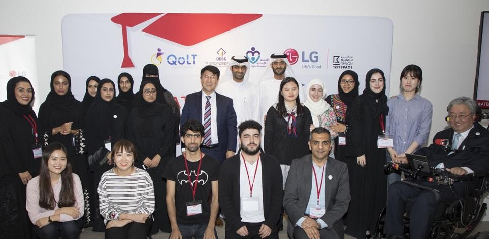 LG전자는 22일부터 나흘간 아랍에미리트 샤르자에 있는 '1971 플라그섬(1971 Flag Island)'에서 장애인을 위한 모바일앱 개발 경연대회인 '코드캠프'를 진행했다. LG전자 최용근 걸프법인장(뒷줄 가운데), 서울대학교 이상묵 교수(오른쪽 첫 번째), 韓-UAE 대학생들이 시상식이 끝난 후 기념촬영을 하고 있다.