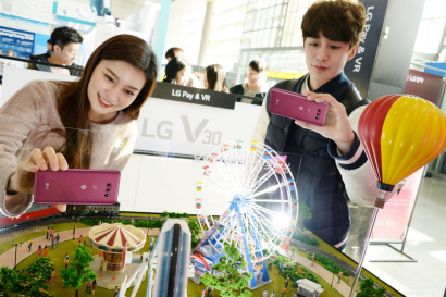 11일 청량리역에 설치된 LG V30 체험존을 찾은 방문객이 LG V30의 차별화된 카메라 기능을 체험해보고 있다. LG V30는 6인치 대 스마트폰 중 가장 얇고 가벼운 디자인과 스마트폰 최초로 적용된 글라스 소재의 크리스털 클리어 렌즈, 저왜곡 광각 등 휴대 편의성과 최강 카메라 기능을 갖춰 누구나 손쉽게 전문가처럼 수준높은 사진을 촬영하게 해준다. 이번 체험존은 25일까지 계속된다.