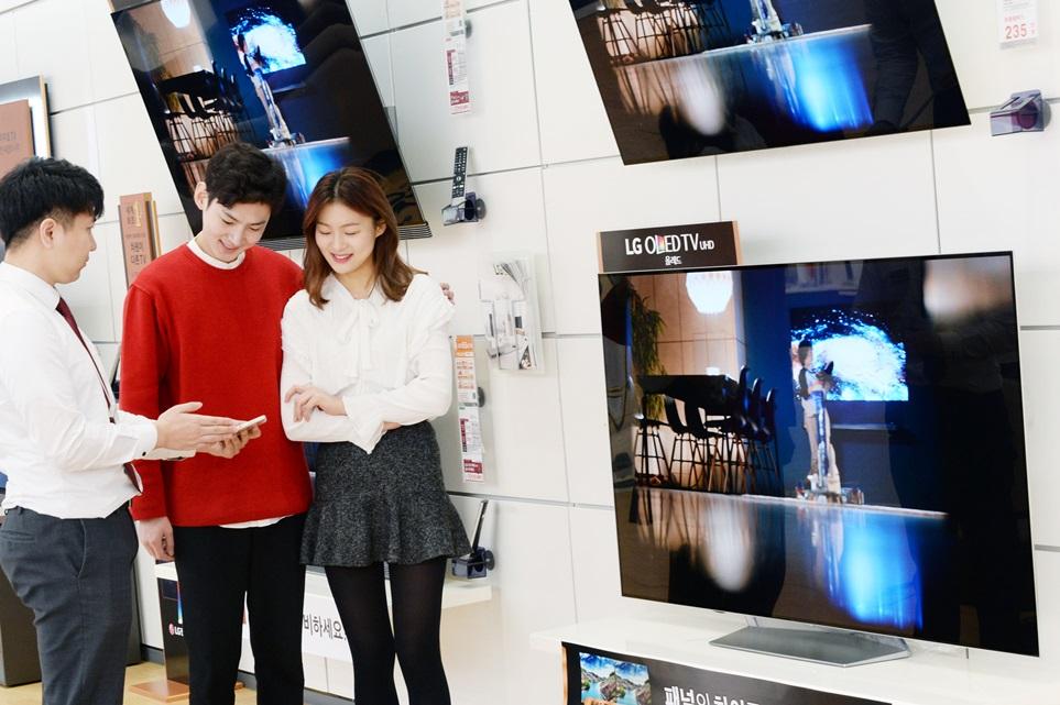 LG 올레드 TV가 지난달 국내에서 3분에 한대 꼴로 팔리며, 월 판매량 1만 4천대를 처음 돌파했다. 지난해 1월 판매량이 5천대 수준이었던 것과 비교하면 1년만에 3배 가까이 늘었다.  LG전자는 뛰어난 화질 성능과 합리적인 가격 덕분에 판매량이 늘어난 것으로 보고있다. LG전자 모델들이 가전 매장에서 'LG 올레드 TV'를 살펴보고 있다.