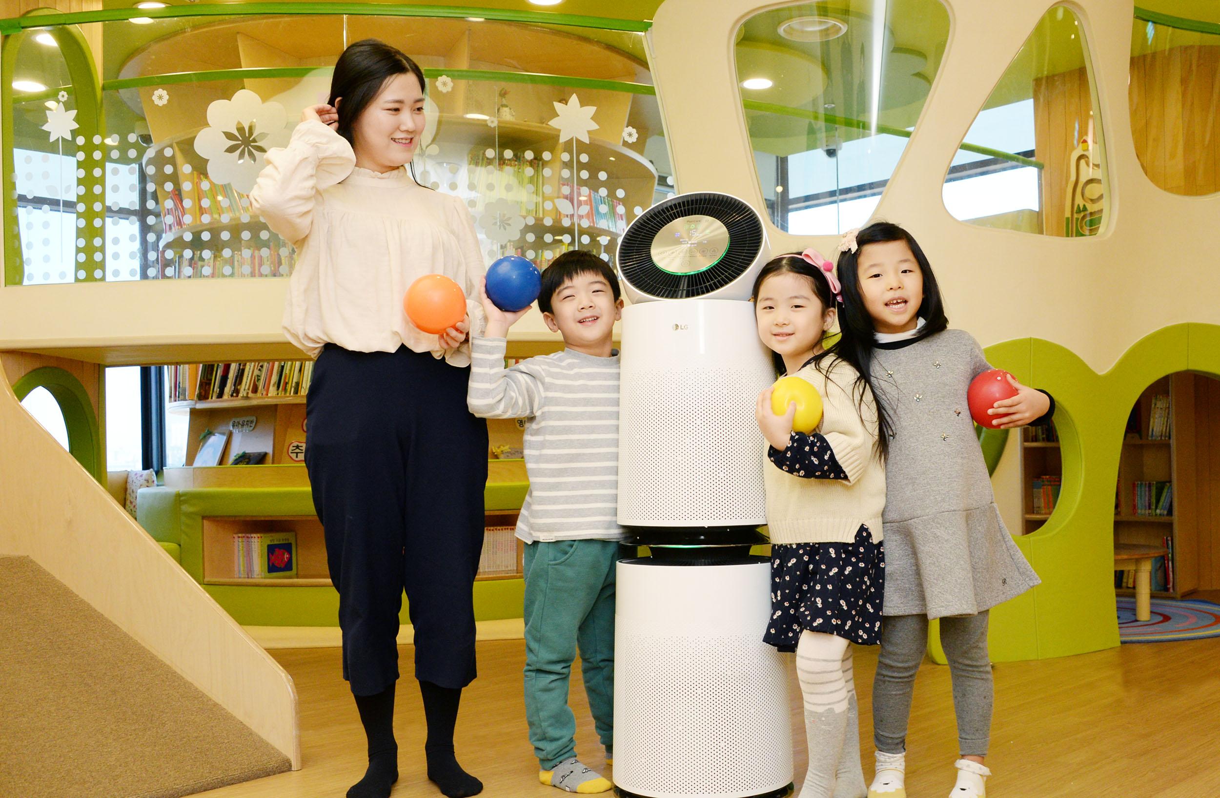 LG전자는 최근 넉 달간 서울시에 위치한 어린이집, 학원 등 800여 곳에 퓨리케어 360° 공기청정기를 공급하는 등 B2B 판매를 빠르게 확대하고 있다. 이 제품은 국내 시장에 판매되는 프리미엄 공기청정기 가운데 청정면적이 가장 넓어 공공장소에서 사용하기에도 적합하다. 사진은 퓨리케어 360° 공기청정기를 설치한 서울시 소재 어린이집에서 아이들이 활동하는 모습.