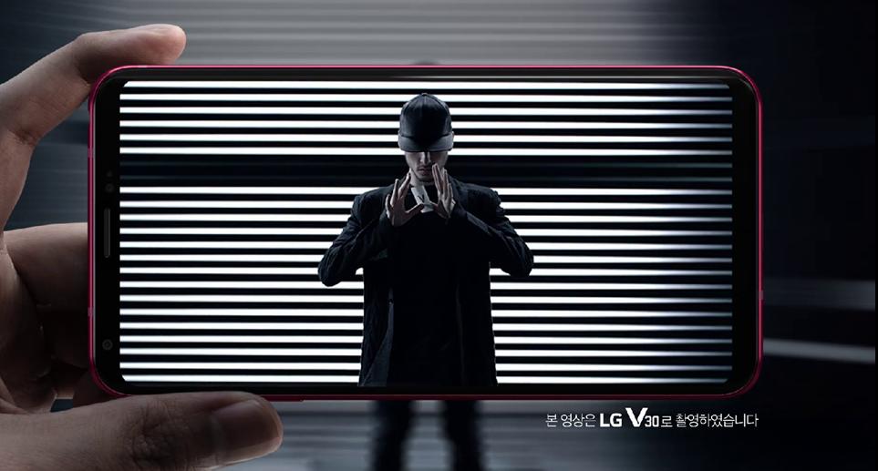 LG V30 라즈베리 로즈 TV광고의 한 장면