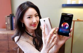 4일 모델이 서울 여의도에서 실속형 스마트폰 'LG X4'를 소개하고 있다. 신제품은 △온·오프라인 결제 서비스 LG 페이, △손가락을 지문 인식 버튼에 갖다 대는 것만으로 셀카를 찍거나 화면을 캡처하는 '핑거 터치', △데이터 걱정없이 즐기는 고화질 DMB와 라디오 등 실속 기능을 골라 담은 것이 특징이다. 출고가는 29만7천 원.