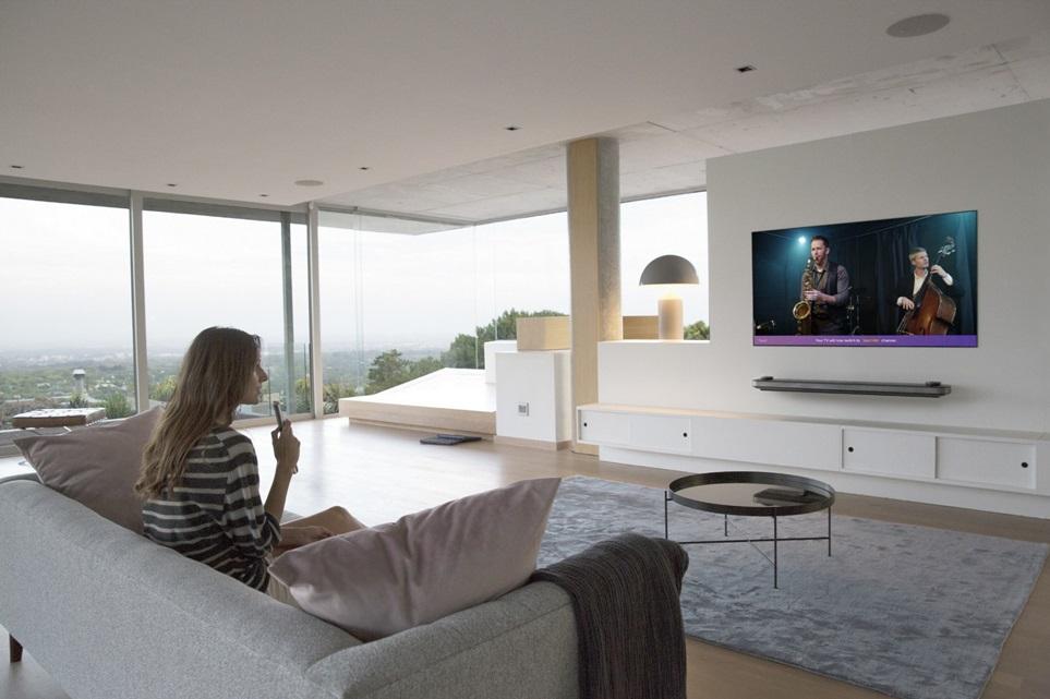 LG전자 올레드 TV가 T3, 스터프, 톰스가이드 등 해외 유력매체로부터 잇따라 호평을 얻고 있다. LG 올레드 TV 신제품은 인공지능 화질엔진 '알파9'을 적용, 잡티 없이 깨끗하고 부드러운 화질을 보여준다.