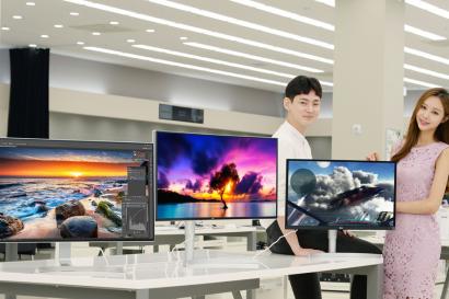 LG전자가 HDR 모니터 라인업을 작년 1종에서 올해 11종으로 대폭 확대해 HDR 모니터 시장 선점에 나선다. HDR는 영상, 게임 등을 제작하고 즐기는데 탁월해 고화질 모니터 시장에서 각광받고 있다. LG전자는 27형, 32형, 34형, 38형 등 다양한 크기는 물론, 21:9 화면비, 16:9 화면비, 게이밍, UHD 해상도 등으로 종류도 다양화 해 소비자 선택의 폭을 늘린다는 계획이다. LG전자 모델들이 서울 영등포구에 위치한 LG 베스트샵 서울양평점에서 HDR 모니터를 소개하고 있다.