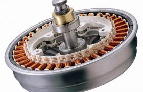 LG전자가 1998년 세계 최초로 세탁기에 적용해 상용화한 인버터 DD모터가 올해로 출시 20주년을 맞으며 누적 생산 7천만 대를 넘어섰다. 인버터 DD모터는 모터와 세탁통을 직접 연결하는 방식으로 세탁기의 소음과 진동을 획기적으로 줄일 뿐 아니라 내구성과 에너지 효율도 높아 프리미엄 세탁기 핵심부품의 기준으로 자리잡았다. 사진은 LG전자 인버터 DD모터.