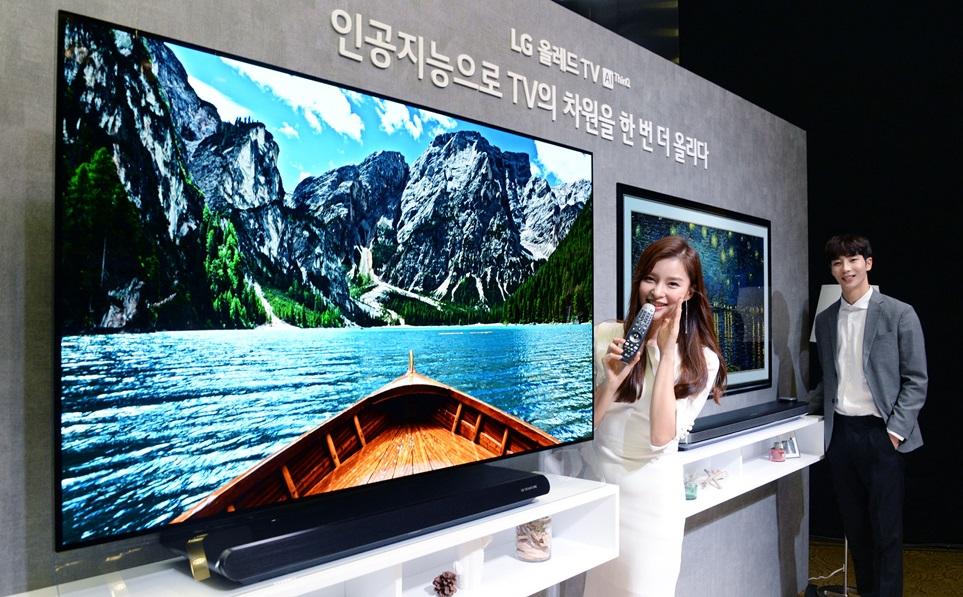 LG전자가 5일 서울시 서초구 양재동 소재 서초R&D캠퍼스에서 한국영업본부장 최상규 사장, HE사업본부장 권봉석 사장 등 최고 경영진이 참석한 가운데 '2018년 LG TV 신제품 발표회'를 개최했다. 모델들이 'LG 올레드 TV AI ThinQ(씽큐)'를 소개하고 하고 있다.