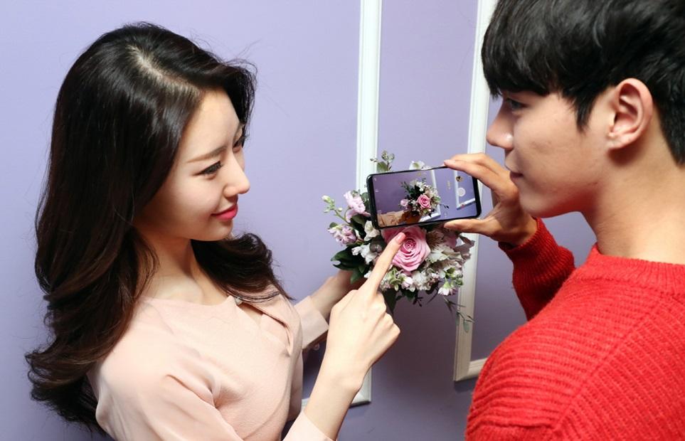 8일 모델이 서울 중구에 위치한 LG서울역빌딩에서 LG V30S ThinQ의 AI 카메라 기능을 사용해보고 있다. AI 카메라는 별도의 조작 없이도 카메라로 사물을 비추기만 하면 자동으로 최적의 촬영 모드를 추천해주는 기능이다.