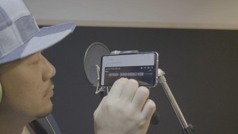 LG V30을 세팅하고 있는 가수 '빅 디디(BIG.DD)'