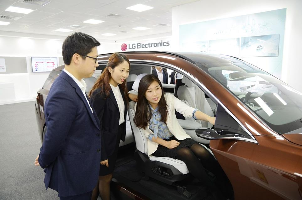 LG전자는 '2018 베이징 모터쇼'에 참가, 4월 25일부터 28일까지 글로벌 완성차 고객들을 대상으로 자동차 핵심 부품을 전시하는 비공개 부스를 운영한다. 사진은 LG전자 직원이 부스에 전시된 차세대 디지털 콕핏(Digital Cockpit)을 소개하는 모습.