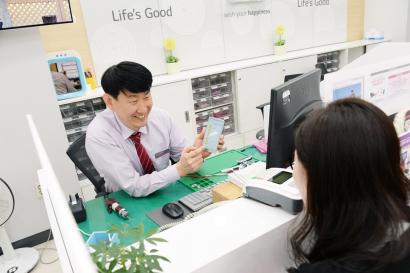 LG전자가 12일 한국브랜드경영협회가 주관하는 '2018 고객감동브랜드지수'에서 가전제품 A/S부문 1등 브랜드로 선정됐다. LG전자는 2015년부터 이 부문에서 4년 연속 1위를 지켜오고 있다. 사진은 서울 강남구에 위치한 LG전자 강남본점모바일서비스센터에서 서비스 엔지니어가 고객을 응대하는 모습.