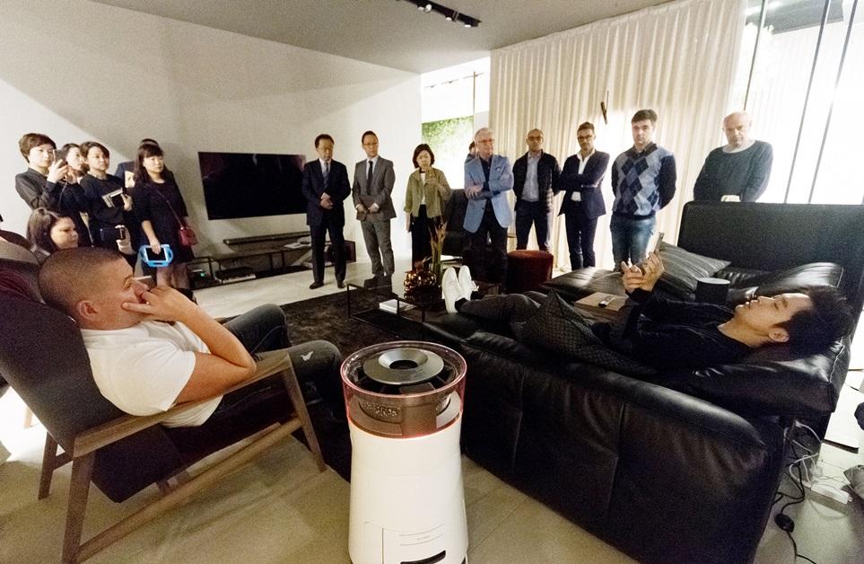 超프리미엄 'LG 시그니처', 이탈리아 명품가구 '나뚜찌'와 IoT 거실 함께 꾸몄다